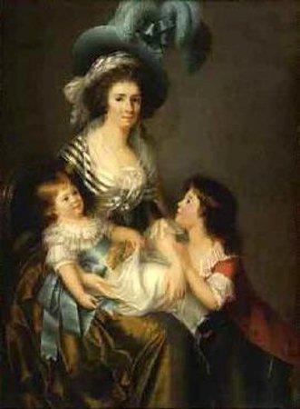 Jeune elegante assise et ses deux enfants