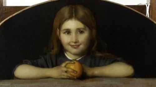 Fillette tenant à la main une orange