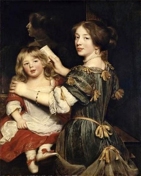 La fille ainée de l'artiste coiffant son frère